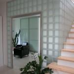 Heller Treppenaufgang mit Holzstufen