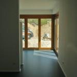 Innenansicht Wohnraum Tür mit Holzrahmen