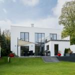 Gartenansicht Haus mit Flachdach und großer Terasse