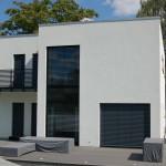 Modernes Massivhaus mit Jalousien