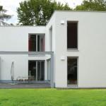 Modernes Massivhaus in weiß Terassenansicht