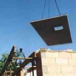Kran mit Bauplatte für Einfamilienhaus