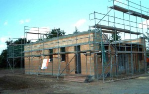 Gerüst mit Massivhaus im Bau Erdgeschoss