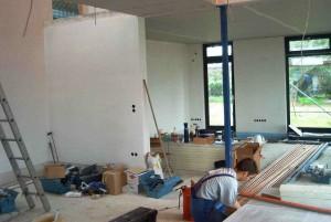 Bauarbeiten innen Massivhaus Heizrohre