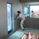 Putzer bei der Arbeit im Massivhaus