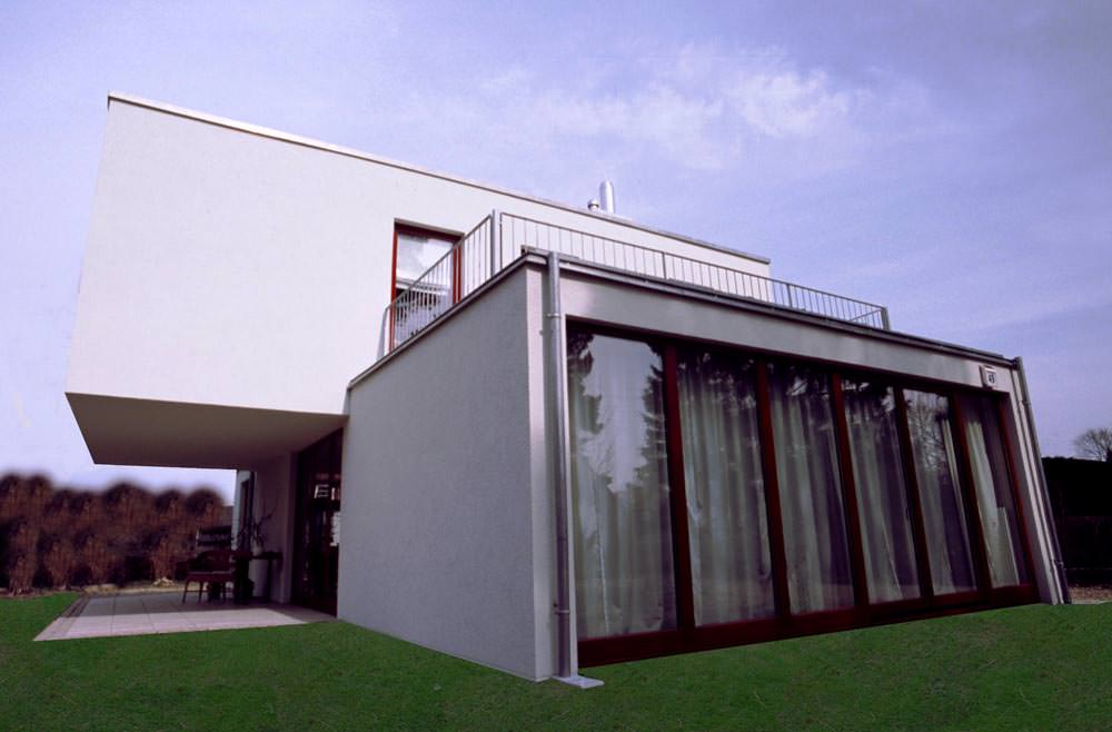 Moderna Massivhaus mit Terasse