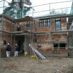 Bauarbeiten an Massivhaus im Herbst