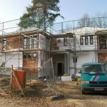 Massivhaus Moderner Zwilling im Bau mit Gerüst