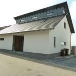 Modernes Einfamilienhaus am Hang Frontansicht