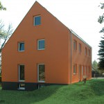 Satteldachhaus in Orange