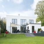 Gartenansicht eines modernen Architektenhauses