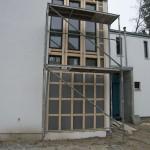 Gerüst vor Fenster mit Holzkonstruktion