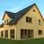 Satteldachhaus in Gelb vom Garten