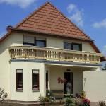 Haus mit altmodischem Balkon