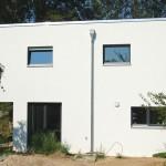 Weißes Massivhaus Seitenansicht