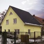 Einfamilienhaus mit Satteldach im Winter