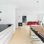 Modernes großes Wohnzimmer mit langem Esstisch