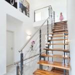 Offene Treppe mit Holzstufen