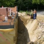 Bauarbeiter ebnet Boden