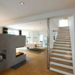 Treppe in offenem Wohnzimmer mit Ofen