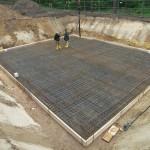 Fundament Stahlbeton mit zwei Baurbeitern