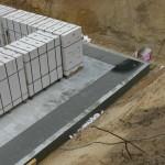 Fundament mit Mauersteinen auf Paletten